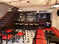 Интерьер с изделиями и мебелью из дерева в баре 69 Colebrooke Row (Лондон)