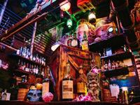 Оригинальные деревянные интерьеры ресторана Smuggler's Cove (Сан-Франциско)
